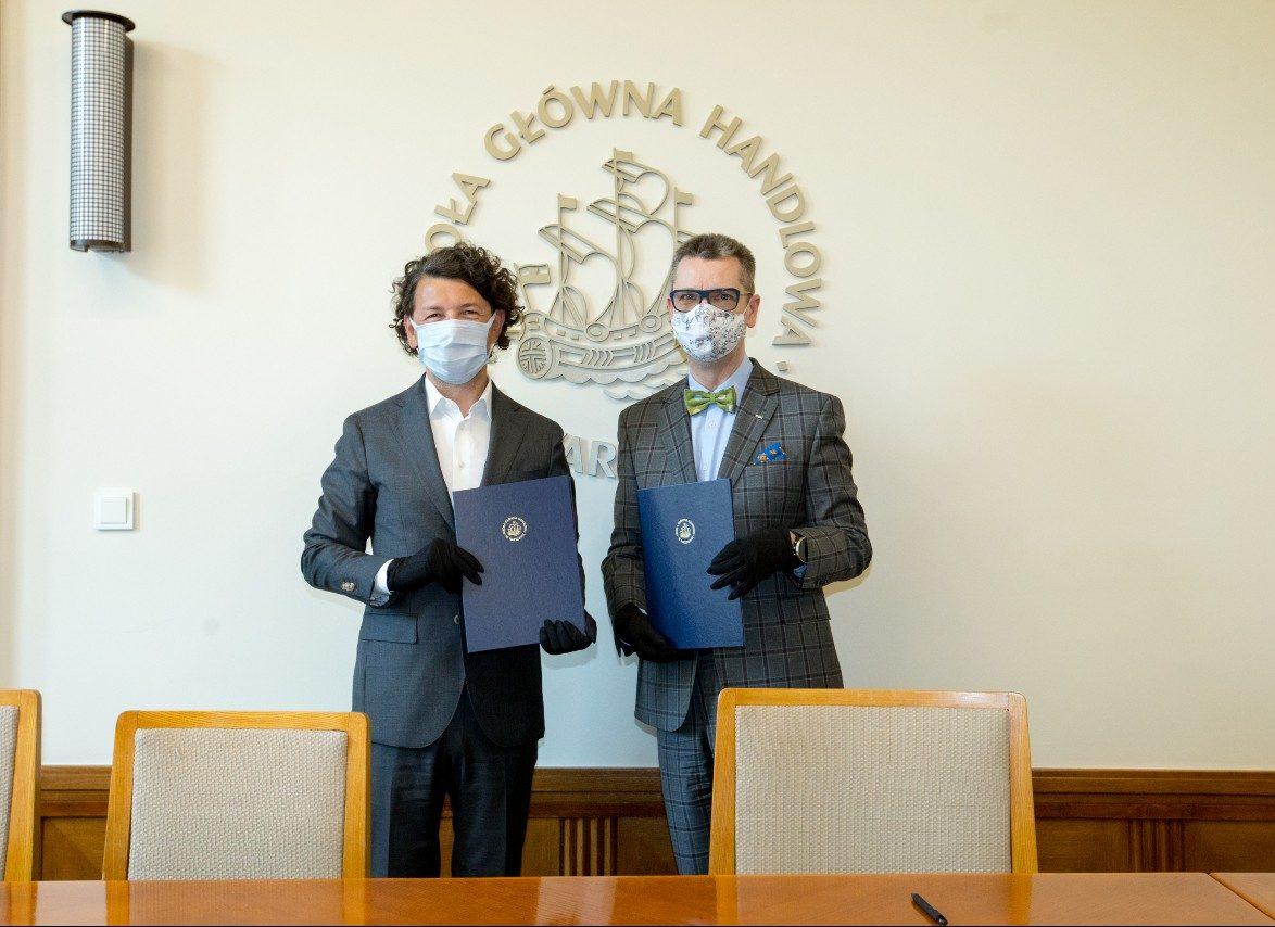 Porozumienie na organizację Online MBA for Startups podpisali prof. Piotr Wachowiak, rektor SGH (na fot. z prawej) oraz Jarosław Sroka, członek Zarządu Kulczyk Investments.